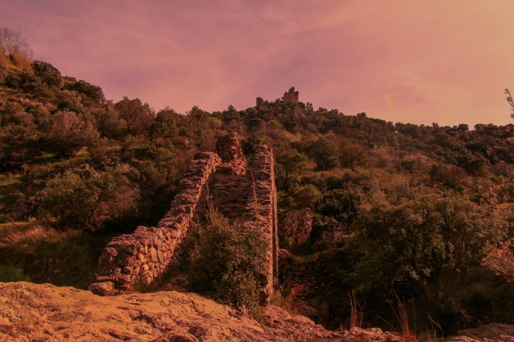 Le château de Grimaud depuis le Pont des Fées