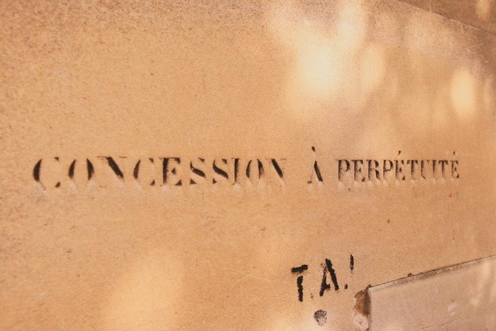 """L'inscription """"concession à perpétuité"""" est gravée sur les tombes"""